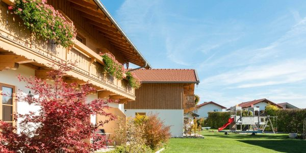 Hotel Pension Cafe Schweizerhaus Weyarn - Haus Garten