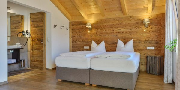 Hotel Pension Schweizerhaus Weyarn - Altholzzimmer Doppelbett Bad