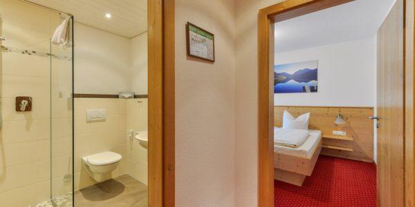 Hotel Pension Schweizerhaus Weyarn - Familienzimmer 11 Bad