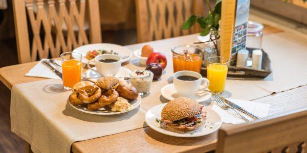 Hotel Pension Schweizerhaus Weyarn - Frühstück Buffet Tisch